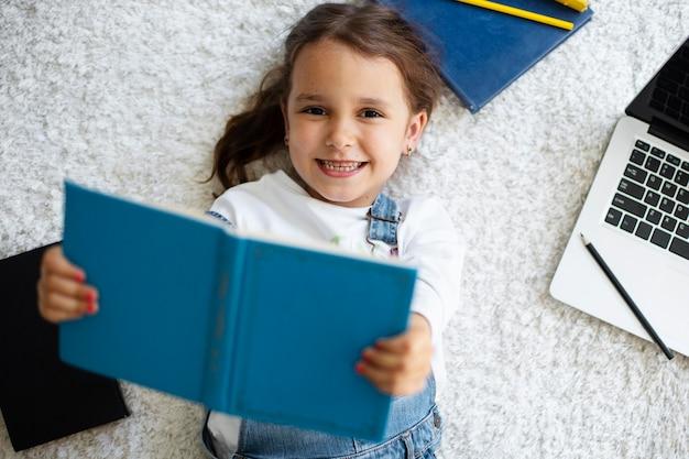 읽는 방법을 학습하는 어린 소녀