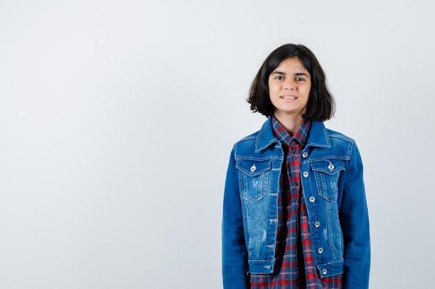 シャツ、ジャケット、自信を持って、正面からカメラを見て少女。