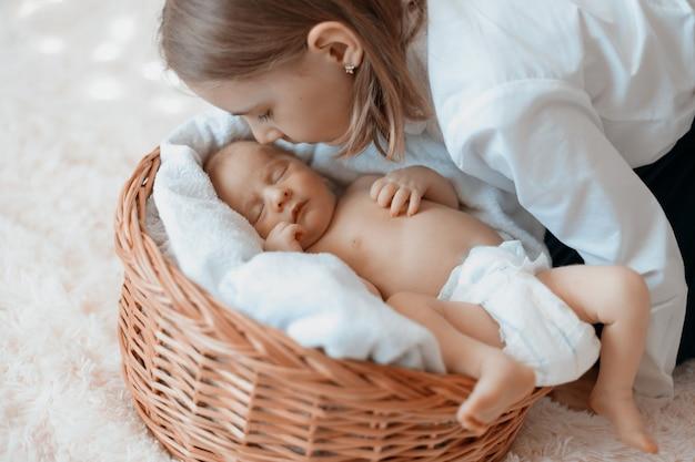 갓난 아기 동생을 바라보는 어린 소녀