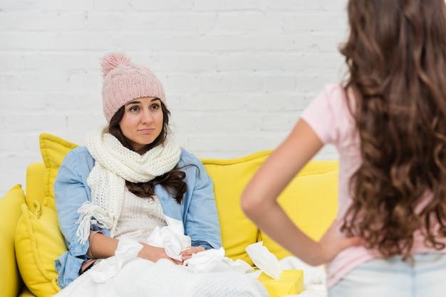 病気の母親を見て少女