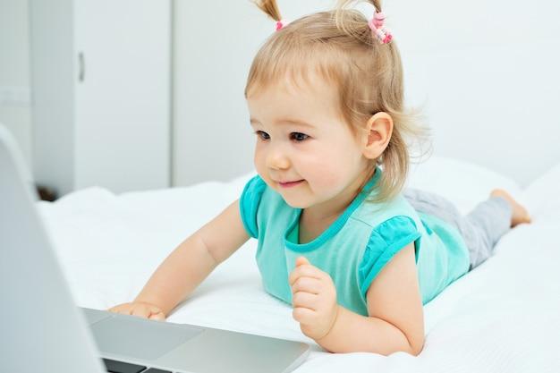 Маленькая девочка, глядя на ноутбук