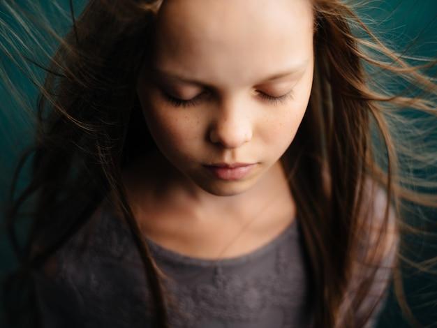 어린 소녀 느슨한 머리 얼굴 슬픈 표정을 닫습니다