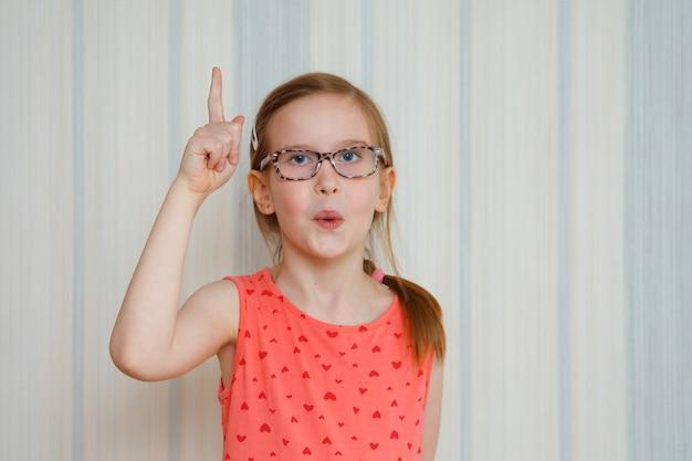 Маленькая девочка делает жест, поднимает палец, придумав творческий план, чувствует себя взволнованным хорошей идеей, концепция эврики