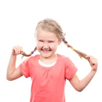 Маленькая девочка делает смешное лицо