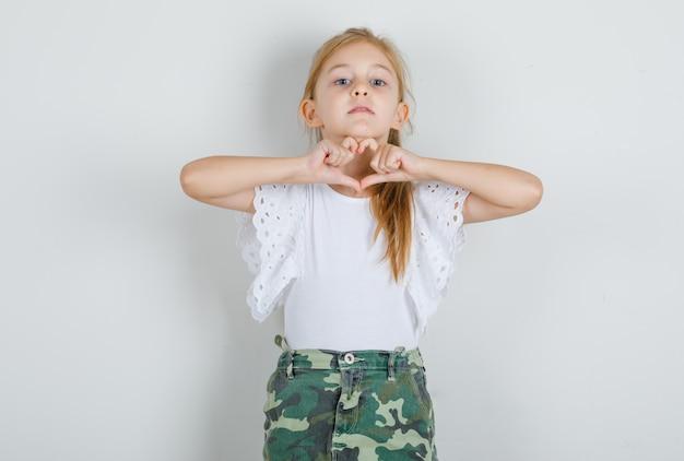 白いtシャツでハートの形を作る少女