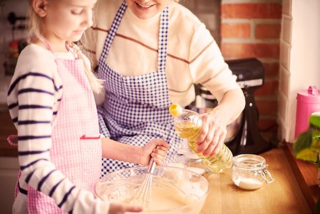 Bambina che mescola tutti gli ingredienti