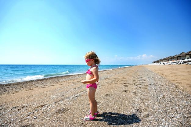 海の美しいビーチの少女