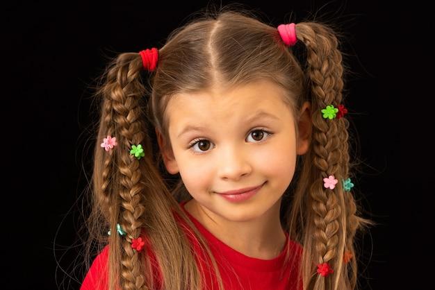 Маленькая девочка на черном фоне, смазанная краской.