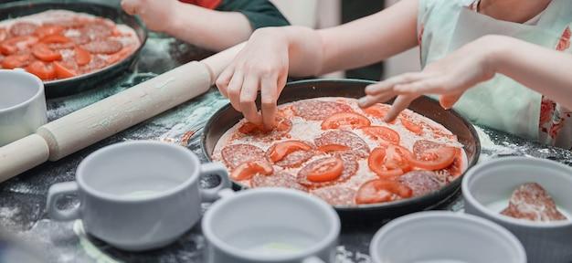 피자 요리 마스터 클래스에 어린 소녀