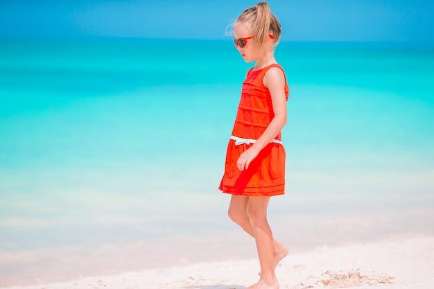 Маленькая девочка на тропическом пляже с копией пространства