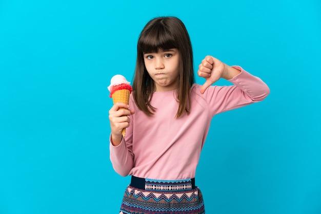 Маленькая девочка на синей стене