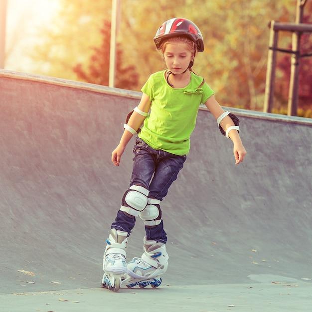롤러 스케이트에 어린 소녀