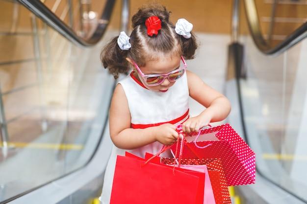 구매와 함께 쇼핑몰에서 에스컬레이터에 어린 소녀