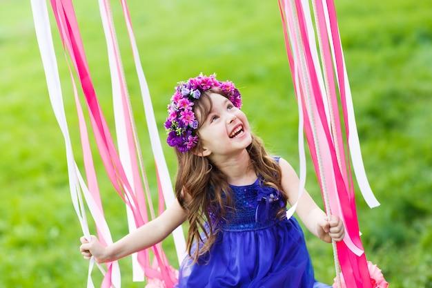 스윙에 어린 소녀, 공원에서 어린 소녀, 귀여운 소녀, 어린 소녀