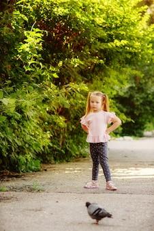 夏の散歩の少女