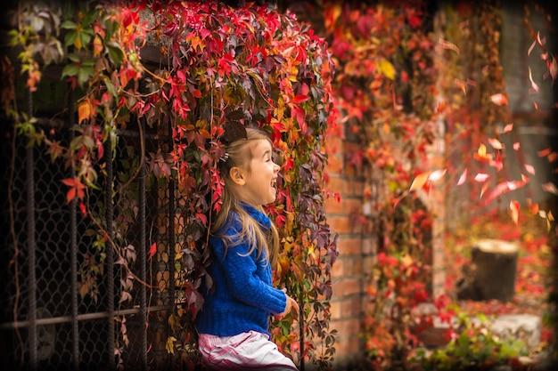秋の屋外の小さな女の子