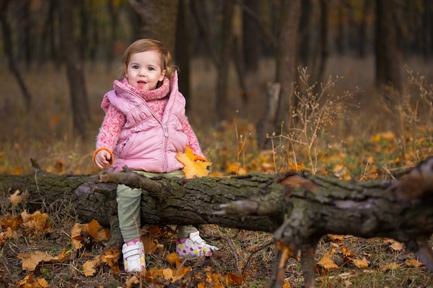屋外の小さな女の子