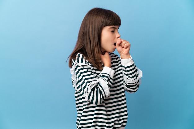 Маленькая девочка на изолированном фоне много кашляет