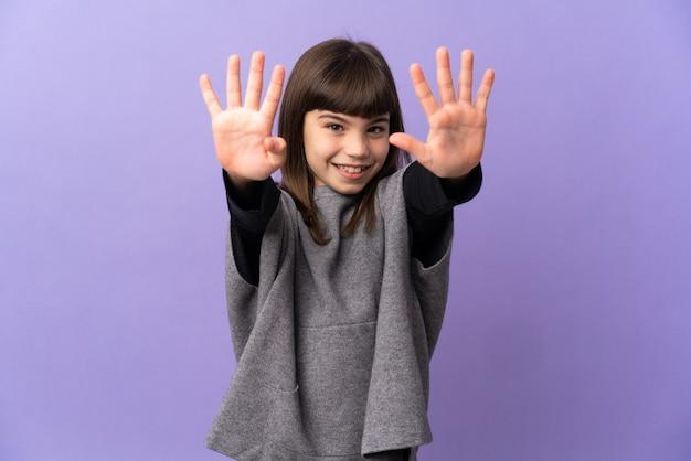 Маленькая девочка на изолированном фоне, считая девять пальцами