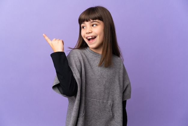 격리 된 배경 위에 어린 소녀는 손가락을 들어 올리는 동안 솔루션을 실현하려는 의도