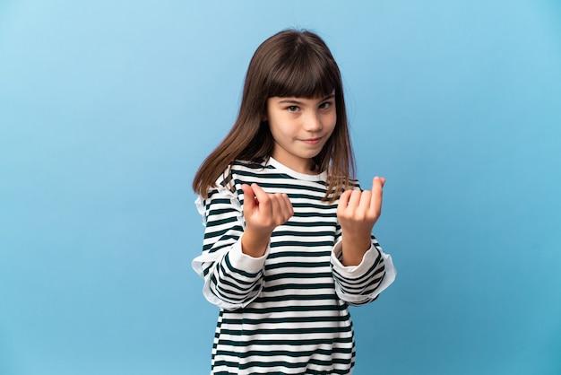 Маленькая девочка на изолированном фоне, делая денежный жест