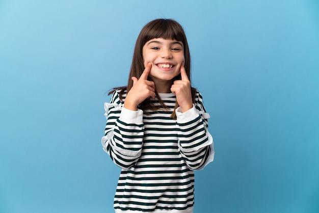 幸せで楽しい表情で笑顔の孤立した背景上の少女