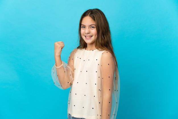 승리를 축 하하는 고립 된 파란색 배경 위에 어린 소녀