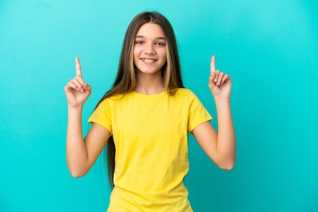 좋은 아이디어를 가리키는 고립 된 파란색 배경 위에 어린 소녀