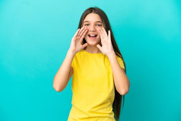 Маленькая девочка на синем фоне кричит и что-то объявляет