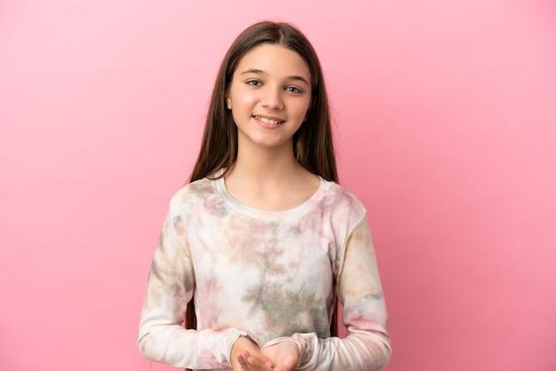 웃고 있는 고립된 분홍색 배경 위에 어린 소녀