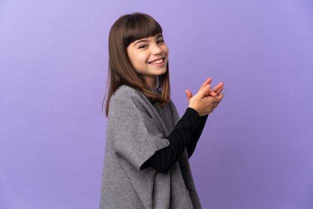 孤立した壁の上の少女は拍手