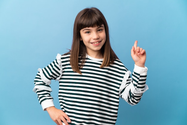 孤立した壁の上の少女は、最高の兆候を示して指を持ち上げます
