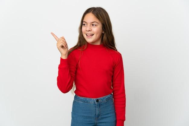 Маленькая девочка над изолированным белым, намереваясь понять решение, подняв палец вверх