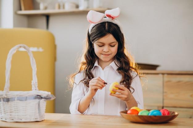 イースターの卵を塗る少女