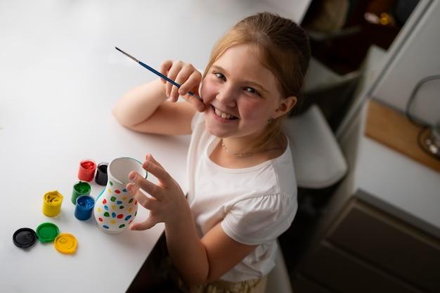家で花瓶を描く少女