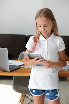 Маленькая девочка, участвующая в онлайн-классах дома