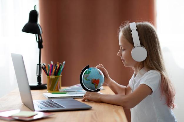 Маленькая девочка, участвующая в онлайн-классах