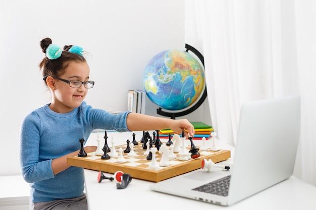 チェスをする少女
