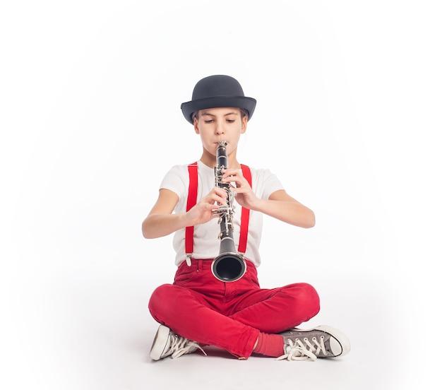 어린 소녀 흰색 배경에 클라리넷을 연주