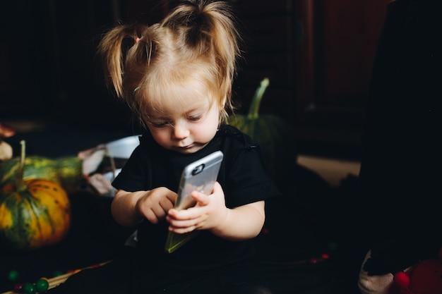 Маленькая девочка играет в ведьму на хэллоуин