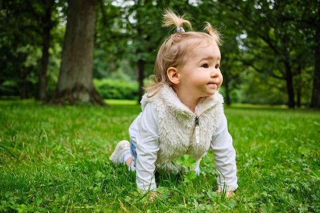 Маленькая девочка играет в парке