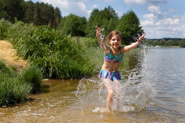 水で遊ぶ少女