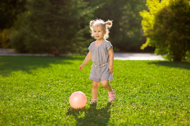 공원에서 공을 가지고 노는 어린 소녀