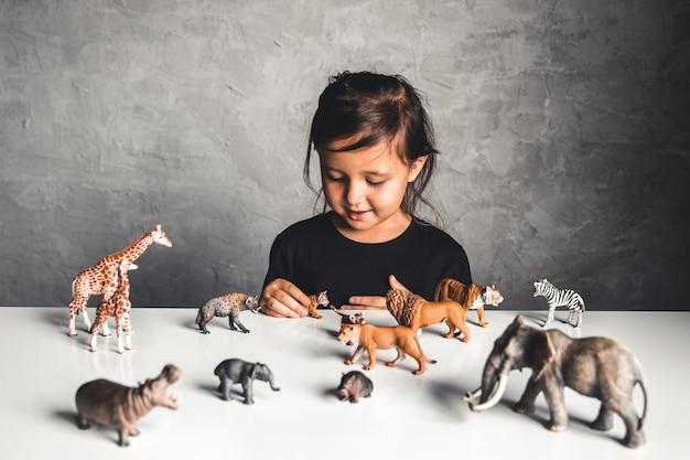 プレイルームで動物のおもちゃで遊ぶ少女
