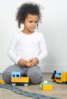 어린이 철도를 가지고 노는 어린 소녀. 어린이 오락 및 오락