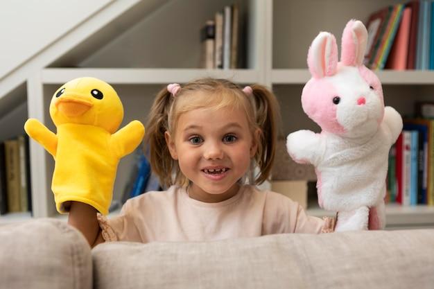 家で人形と遊ぶ少女