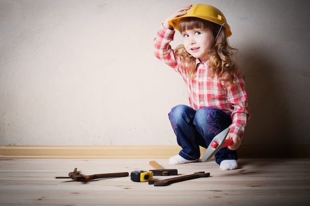 小さな女の子はビルダーで遊ぶ
