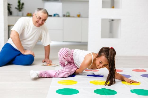 Маленькая девочка играет в детской комнате