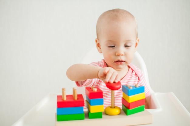 어린 소녀는 교육 장난감으로 활약