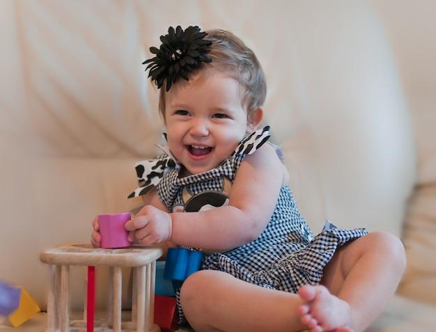 Маленькая девочка играет с кубиками